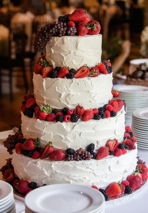 Свадебные торты с цветами и ягодами
